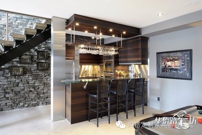 现代简约的地下室酒柜设计.图片