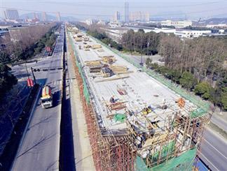 青山湖科技城境内的轻轨临安线试验段已基本成型